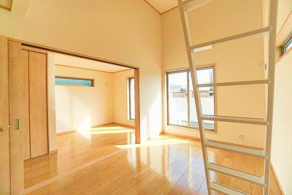 お洒落な窓で明るく特徴的な広々とした洋室♪ 大きな収納もあり、主寝室としてご利用頂けます!
