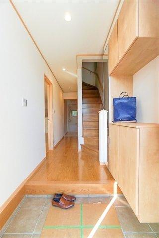 帰宅すると、窓のある明るい玄関雰囲気の玄関が迎えてくれます。 収納も豊富で、靴をたくさん持っている方でも安心です♪