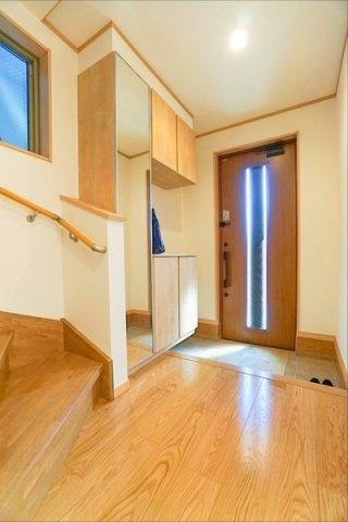 ドアを開けた瞬間、明るい開放的な玄関が迎え入れてくれます! この玄関は帰りたくなりますね!