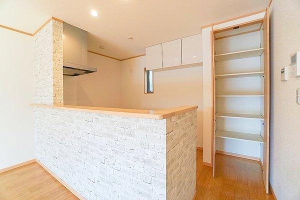 お洒落なデザインのキッチン! 吊戸棚が標準でついているので収納も豊富です!
