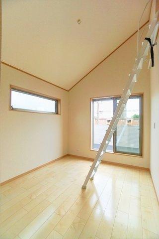 窓が大きく、明るいお部屋です! 開放的な空間♪ 状況に合わせて広くお使いすることも可能♪