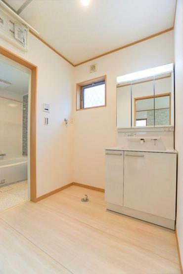 お化粧もしやすい大きな三面鏡付き独立洗面台! 収納もしっかりあり、洗剤・タオルなどもしっかりと閉まっておけます!