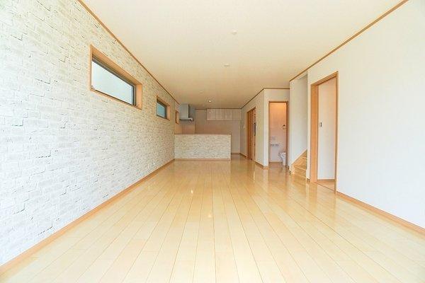 明るいリビングにはなんと床暖房付き!家族が集まる大事な空間♪ 形もよく家具の配置にも困りません!