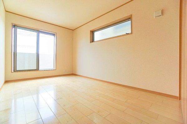 二面採光の明るいお部屋となっております。 落ち着きのある内装です!