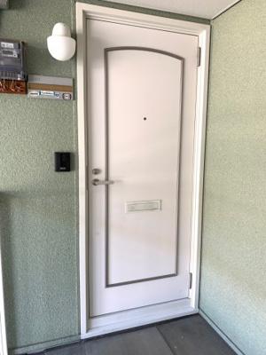 玄関の外には玄関灯がついているので暗いときなど助かります!