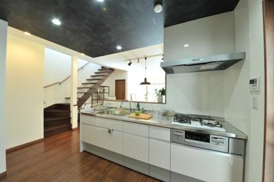 クロワールで新築のご用命承ります 当社施工例 食器洗浄乾燥機を標準搭載 くつろぐご家族の様子を見ながら家事ができる対面式キッチン