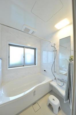 クロワールで新築のご用命承ります 当社施工例 浴室乾燥暖房機能を標準搭載 壁のパネルのデザインや色、浴槽の形も選べる注文住宅