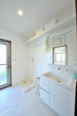 クロワールで新築のご用命承ります 当社施工例 ごたつきがちの洗面室に収納棚を設置し、よく使うものがすぐに手にできる使い勝手の良い