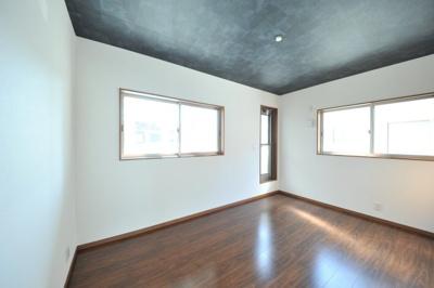 クロワールで新築のご用命承ります 当社施工例 ダウンライト照明の洋室