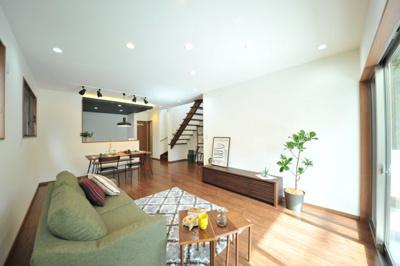 クロワールで新築のご用命承ります 当社施工例 スリット階段+対面式キッチンのあるLDK