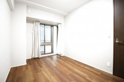 約6.2帖の洋室には《ウォークインクローゼット》があるので荷物がスッキリ片付いてお部屋が広く使えますね。