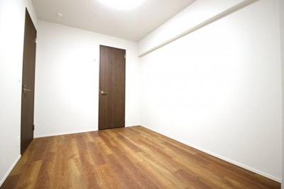 ワイドな洗面化粧台で収納もたっぷり!三面鏡の裏側も収納になっています。