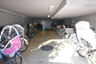 エレベーターは2基あり、朝の忙しい時間帯も待ち時間が緩和されるので助かります。エレベーター内には防犯カメラも付いており安心。