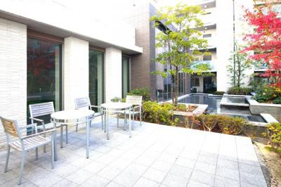 屋根付き駐輪場は、雨の日でも乗り降りがしやすく便利です。自転車を雨風から守れて汚れることも少ないので嬉しいですね。