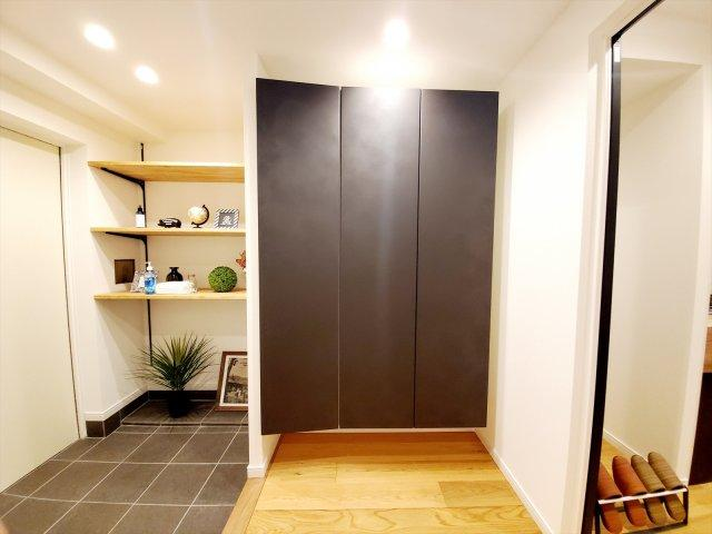 収納力に優れた玄関でいつでも片付いた状態でお客様を迎えられます。