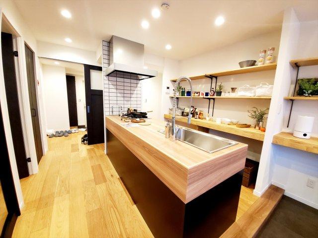 飾る楽しさがあるオープン棚が設置されたキッチン 作業台としても使用できるので便利です!
