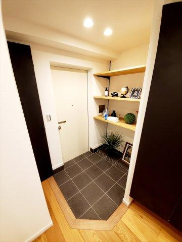 玄関はシューズボックス以外にも棚があり、 お好きなインテリアを飾れます
