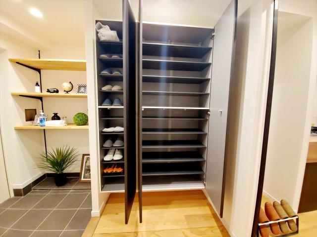 大きなシューズクローゼットは収納力抜群!中の棚板は可動式なのでブーツや長靴なども楽々収納できます♪
