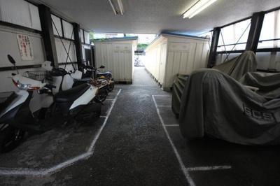 敷地内にバイク置場を完備しています。