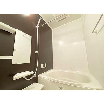 清潔感あふれるバスルーム、追焚・浴室乾燥機付です。