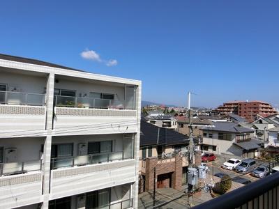 【現地写真】バルコニーから見える景色は遮蔽物も少なく開放的です♪