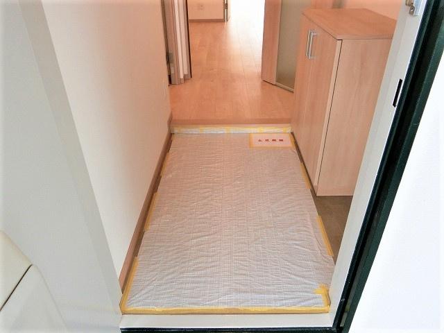 【現地写真】玄関を開けると、明るい日が差し込むリビングへと誘う廊下♪