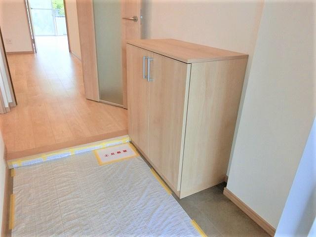 【現地写真】玄関扉を開けると広々としたスペースがあります。シューズクローゼットもあって、収納スペースも十分ですね♪