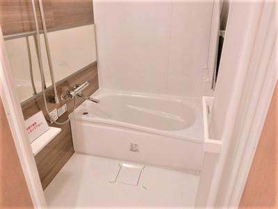 【現地写真】一日の疲れを癒すための心地よいバスタイムを演出する浴室はゆとりあるサイズを採用♪
