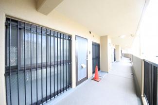室外機が置くスペースもきちんとあり廊下は広々としています