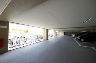 駐車場はマンション1階スペースにあります