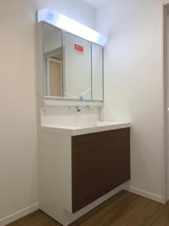 三面鏡鏡付洗面台です。ライトも大きく身支度しやすいです。