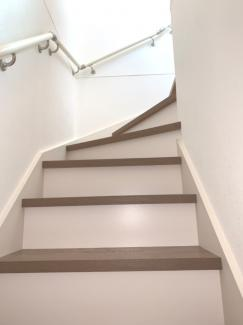 階段は手すりがあるので上り下りが安心です。