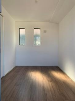 バルコニー付、5.2帖の洋室です。バルコニーの反対側です。窓が2か所あり明るいです。