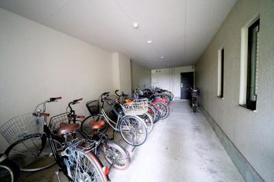 屋内にある駐輪場です。雨に濡れる心配なしです。