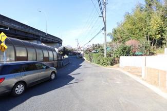 目の前に駅に繋がる地下道あり 県道をまたがなくとも駅まで直ぐ。