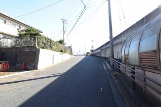 上り坂を直ぐ上ると線路が直ぐ見えます。 駅まで徒歩約3分の近さです。