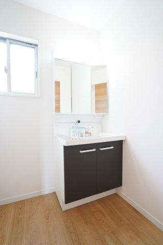 清潔感のある独立洗面台 窓もあるので換気もできますよ。