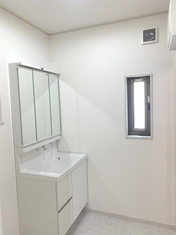 三面鏡の収納で歯ブラシ化粧品、小物等すっきり収納できます。