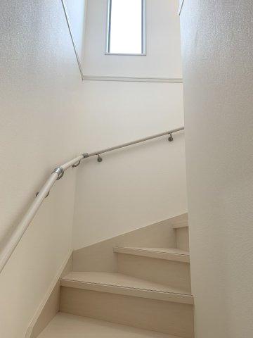 手すり付階段です。窓があるので明るいです。