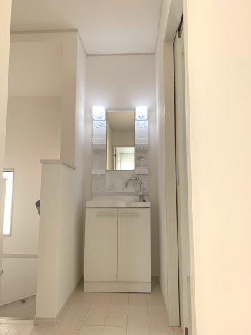 2階 洗面化粧台 家族の時間が重なる朝は洗面台の混雑を分散させることもできます。