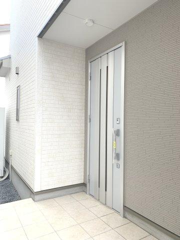 シンプルな玄関ドアです。ガラス部分から光が取り込めて玄関が明るくなります。本日、建物内覧できます。住ムパルまでお電話下さい!