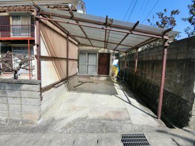 屋根付きの駐車スペースです。 雨や日差しから車を守れますね!