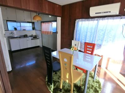 1階洋室。ダイニングの南側に位置しています。ソファーや机を置いてテレビを見ながらくつろぐことができます。