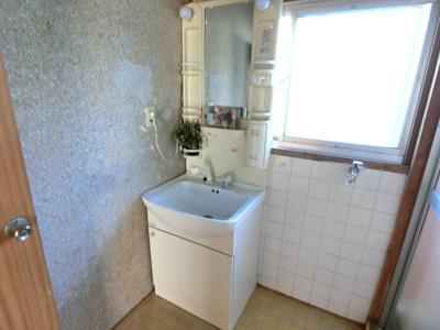 洗面所は洗濯機を置くスペースもございます。