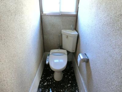 1階トイレ。温水洗浄便座付きの水洗トイレになります。