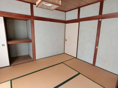 1階南側和室です。南に面しており明るいスペース。洋室と続き間になっていますのでテレビを見ながら横になることもできますね!