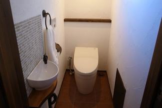 1階のトイレです。可愛い手洗いが設置されています。