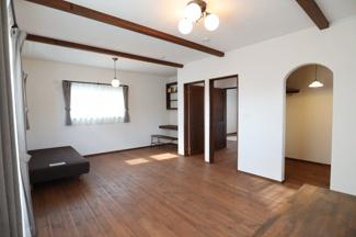2階の寝室で。14帖ありますが、扉が2つあり、真ん中で7帖の部屋2つに分けることも可能です。