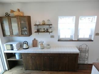 キッチンにある造作の食器棚です。