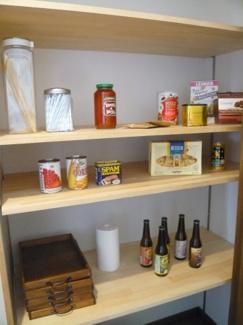 キッチンと浴室の間にあるパントリーは食品や日用品などを備蓄できます。